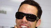 Pavel Horváth předvádí nové sluneční brýle, které fotbalisté Plzně nafasovali před soustředěním na Kypru.