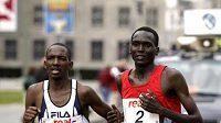 Sammy Korir (vlevo) společně s Paulem Tergatem na trati berlínského maratónu.