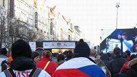 Fanoušci na Václavském náměstí před velkoplošnou obrazovkou.