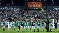 Hráči Bohemians se radují s fanoušky z vítězství 2:1 nad Parmou.