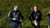 Přepadení hráči Arsenalu během tréninku - zleva Sead Kolašinac a Mesut Özil