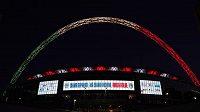 Slavný oblouk nad stadionem ve Wembley se rozzářil barvami italské trikolóry.