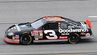 Jeden z vozů legendárního jezdce NASCAR Dalea Earnhardta půjde do dražby.