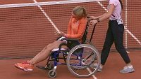 Nizozemská tenistka Kiki Bertensová opustila kurt na vozíku.