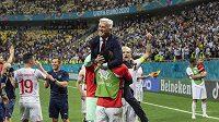 Trenér národního celku Švýcarska Vladimir Petkovic slaví po zápase osmifinále Eura 2021 s Francií.