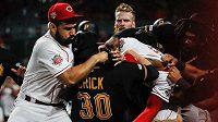 Bitka mezi hráči Pittsburghu a Cincinnati.