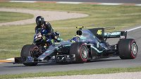 Lewis Hamilton a Valentino Rossi si vyměnili stroje.