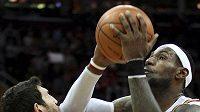 Hvězda Clevelandu LeBron James trefuje loktem basketbalistu Chicaga Kirka Hinricha.