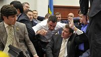 Vitalij Kličko (v bílé košili) v politickém ringu.