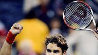 Švýcarský tenista Roger Federer oslavuje vítězství.