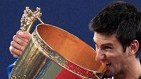 Srbský tenista Novak Djokovič s pohárem pro vítěze turnaje v Pekingu