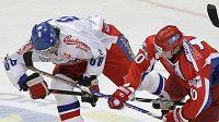 Jaromír Jágr v souboji s ruským hokejistou Sergejem Mozjakinem