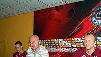 Sparťané Jiří Kladrubský (vlevo), trenér Bílek (uprostřed) a Michal Kadlec hned po losu Ligy mistrů před novináři komentovali los 3. předkola Ligy mistrů.