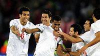 Fotbalisté Egypta oslavují gól Mohameda Hommose (uprostřed) v utkání Poháru FIFA proti Itálii.