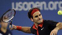 Roger Federer odpaluje míček do hlediště poté, co na US Open vyřadil Němce Greula.
