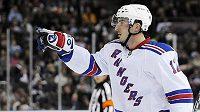 Hokejista NY Rangers Aleš Kotalík oslavuje svůj gól v Edmontonu.