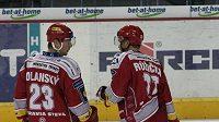 Hokejisté Třince Jiří Polanský a Martin Růžička