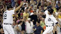 Baseballista Detroitu Ryan Raburn (vpravo) oslavuje s trenérem na třetí metě svůj homerun v utkání proti Chicagu.