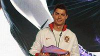Portugalský fotbalista Cristiano Ronaldo prezentuje nové kopačky Mercurial Vapor SuperFly II od společnosti Nike.