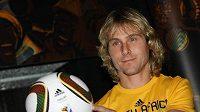 Pavel Nedvěd pózuje s novým míčem Jabulanim pro mistrovství světa 2010.