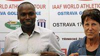 Aktuální světoví rekordmani v běhu na 800 metrů Jarmila Kratochvílová a Wilson Kipketer původem z Keni na atletickém mítinku Zlatá tretra v Ostravě