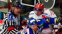 Brněnský hokejista Alex Bourret atakuje Františka Ptáčka (vpravo)