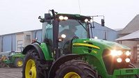 Atlet Petr Svoboda za volantem traktoru