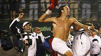 Chilský tenista Nicolas Massu oslavuje vítězství nad Rakušanem Stefanem Koubkem v rozhodujícím utkání baráže Davisova poháru.