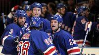 Hokejisté Rangers se radují z jubilejní třicáté branky sezóny Jaromíra Jágra, tentokrát do sítě montrealského Haláka.