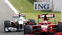 Kimi Räikkönen v čele GP Belgie před druhým Giancarlo Fisichellou