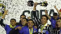 Útočník Corinthians Ronaldo drží trofej pro vítěze Brazilského fotbalového poháru.