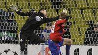 Tomáš Necid z CSKA Moskva prostřeluje gólmana Wolfsburgu Diega Benaglia.