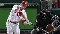 Baseballista Philadelphie Cahse Utley odpaluje jeden ze svých homerunů v pátém finále Světové série.