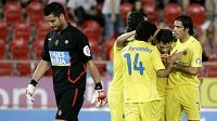 Hráči Villarrealu oslavují vstřelení gólu.