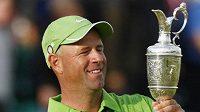Americký golfista Stewart Cink s trofejí pro vítěze British Open