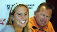 Nicole Vaidišová na tiskové konferenci se svým nevlastním otcem a kapitánem českého fedcupového týmu Alešem Kodatem.