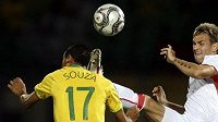 Český fotbalista Radim Řezník bojuje o míč s Brazilcem Souzou.