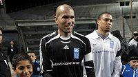 Fotbalista Zinedine Zidane (vlevo) a Ronaldo před výkopem charitativního utkání.