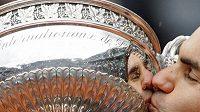 Roger Federer s trofejí pro šampióna French Open.