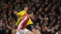 Forvard Barcelony Zlatan Ibrahimovič (vzadu) tísněný Vermaelenem střílí na branku Arsenalu.