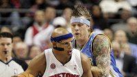 Basketbalista Denveru Chris Andersen (vzadu) brání Charlieho Villanuevu z Detroitu.