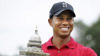 Americký golfista Tiger Woods s cenou pro vítěze turnaje AT&T National.