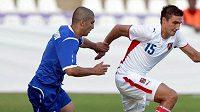 Michal Papadopulos v souboji s fotbalistou Ázerbájdžánu.