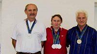 Zleva: Ladislav Kuchař, Marie Hrachová a Václav Tomšík s medailemi ze Světových her veteránů.