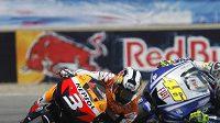Španělského závodníka Daniho Pedrosu (vlevo) stíhá Ital Valentino Rossi v královské kategorii MotoGP.