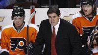Nový trenér hokejistů Philadelphie Peter Laviolette během utkání proti Washingtonu