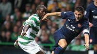 Fotbalista Celtiku N´Guano (vlevo) v souboji s Fabregasem z Arsenalu Londýn