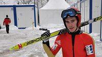 Skokan na lyžích Antonín Hájek si nese na trénink netradiční nádobíčko - běžecké lyže.