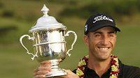 Australský golfista Geof Ogilvy s trofejí pro vítěze SBS Championship
