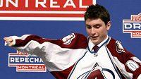 Kanadský hokejista Matt Duchene obléká dres Colorada při draftu NHL.